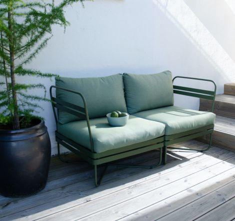 Ygg & Lyng Bris 2-seters utendørs modulsofa Deep Olive. Levering våren -22.